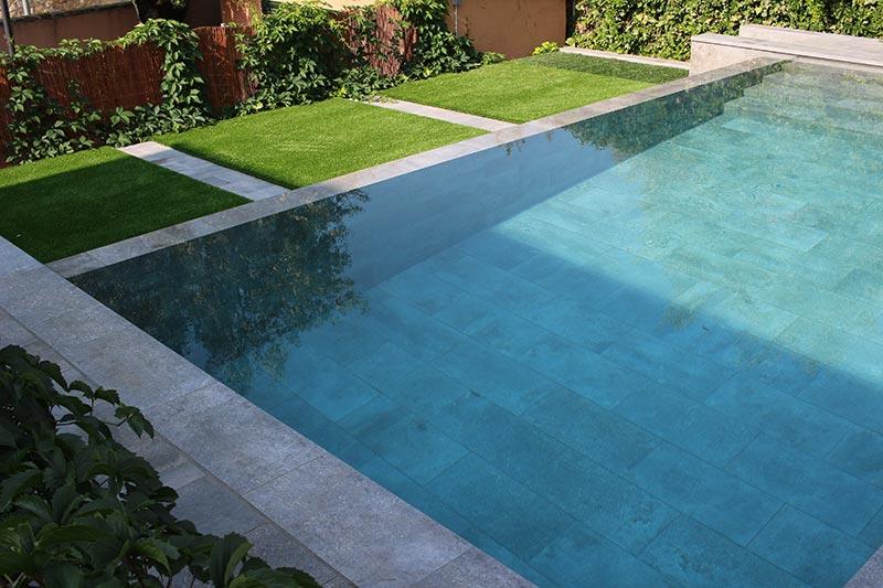 Piscina privada mistery blue stone piscinas oscer rosa for Proyecto piscina privada
