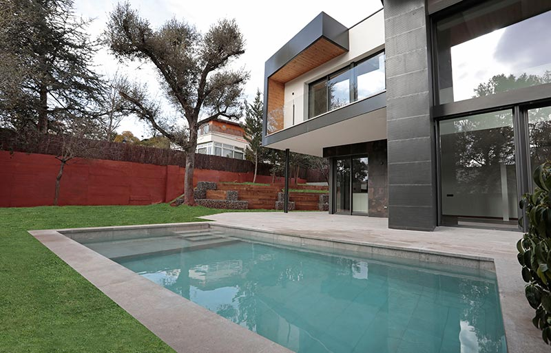 Piscina privada suelos porcel nico mistery grey vll rosa gres - Proyecto piscina privada ...