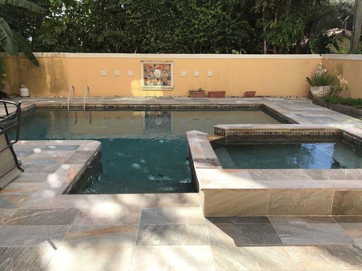 Assembler la piscine et la zone spa est une bonne idée, et cela permet d'utiliser un seul système de filtre pour les deux