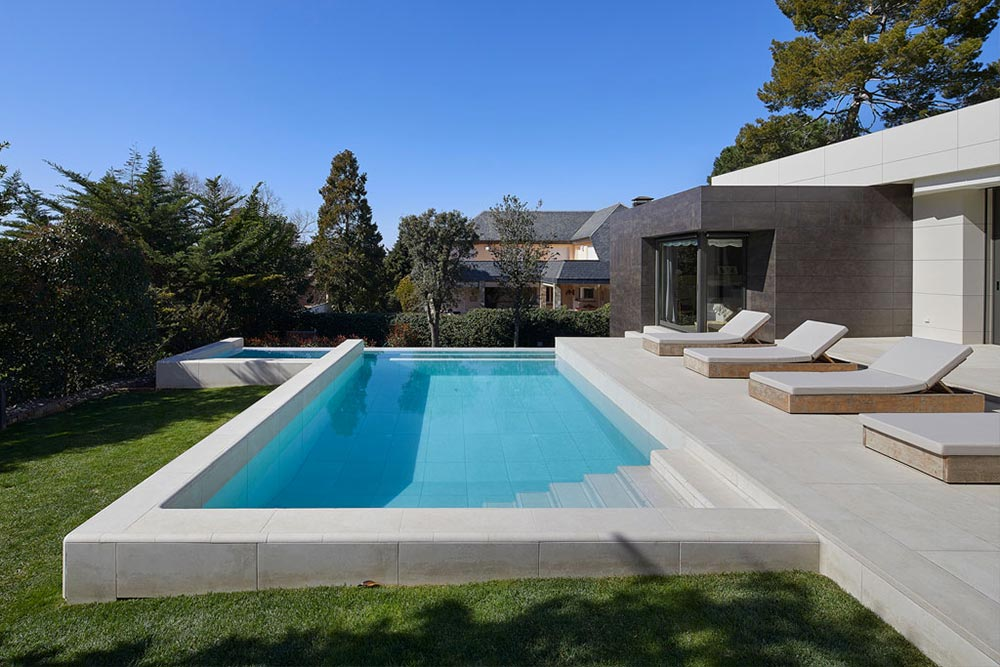Infinity Pool and Porcelain Stoneware Terrace Mistery White - Rosa Gres