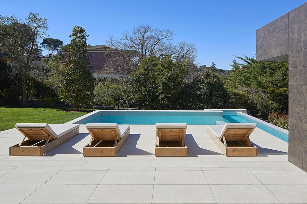 Beach and infinity pool in porcelain stoneware Mistery White - Rosa Gres