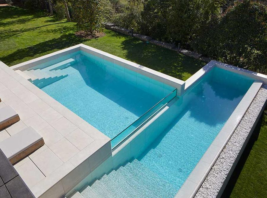 Infinity pool with two levels in porcelain stoneware Mistery White - Rosa Gres