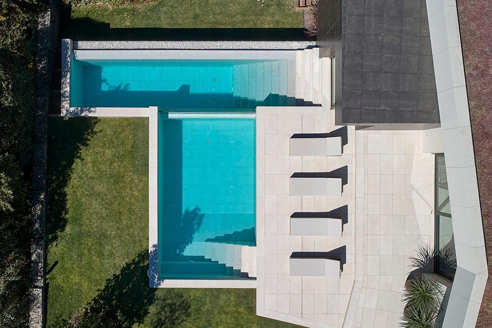Mistery White terrace and Infinity Pool, top view - Rosa Gres