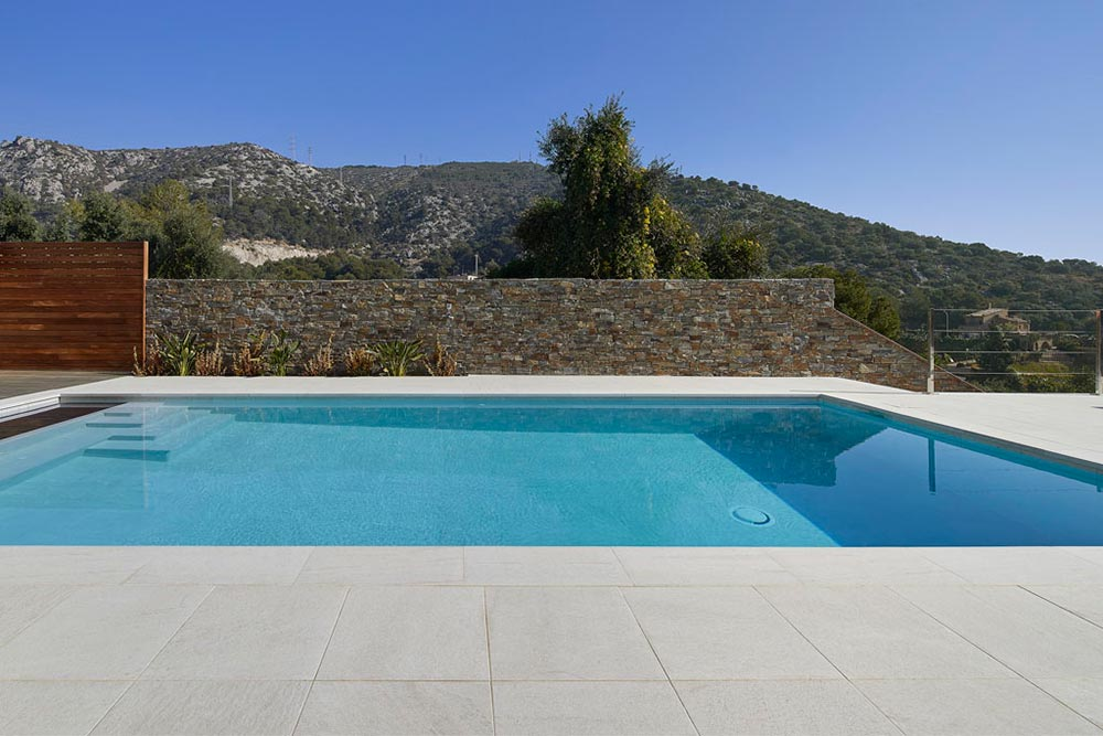 Private Pool with Rosa Gres porcelain tile - Serena Bianco