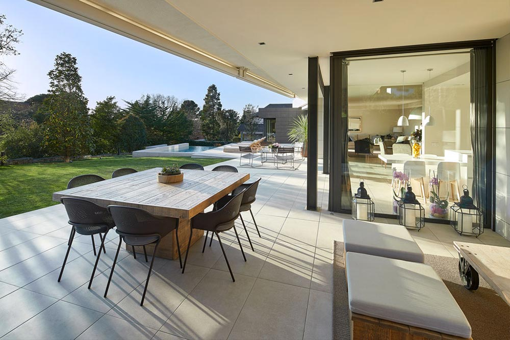 Terrace with porcelain stoneware flooring Mistery White - Rosa Gres