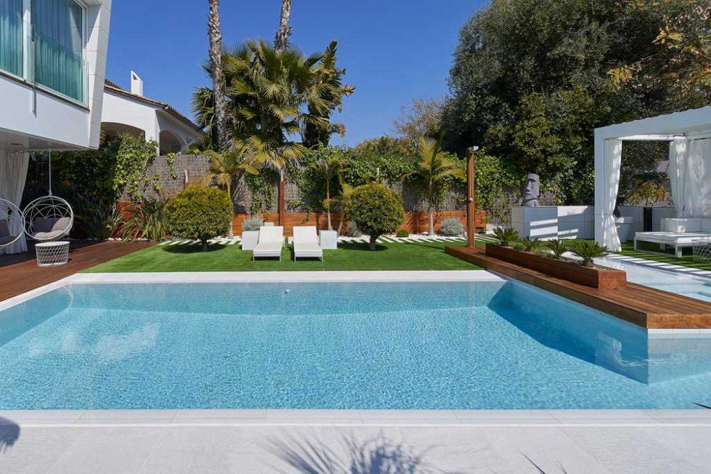 Borde piscina en gres porcelánico Serena Bianco. Sitges | Rosa Gres