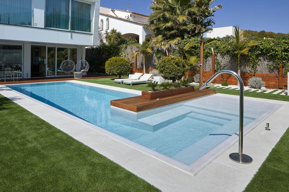 Serena Bianco porcelain stoneware pool tiles. Sitges | Rosa Gres