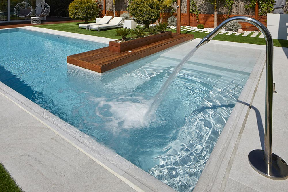 Stairs, pool edge and pool in Serena Bianco porcelain. Sitges | Rosa Gres