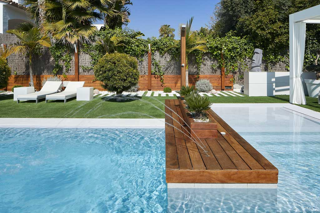 Private pool combination wood and porcelain stoneware Serena Bianco. Sitges | Rosa Gres