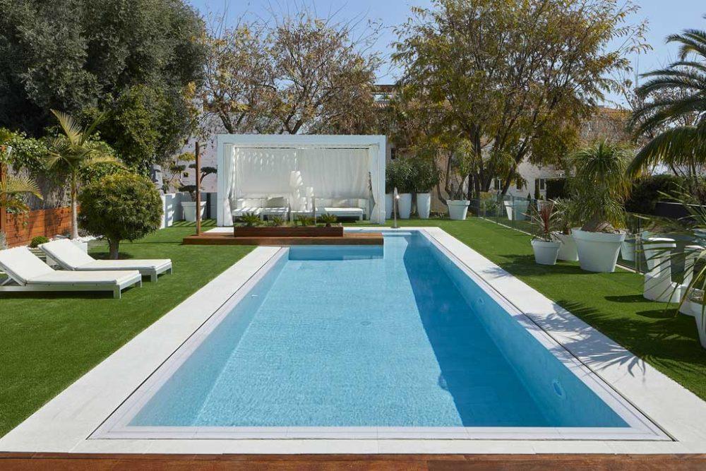 Pavimento piscina y borde en gres porcelánico Serena Bianco. Sitges | Rosa Gres