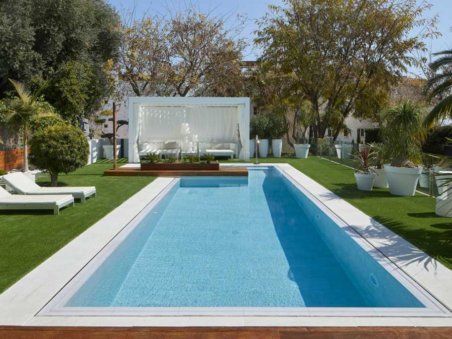 Pool and pool edge pavement in Serena Bianco porcelain stoneware. Sitges | Rosa Gres