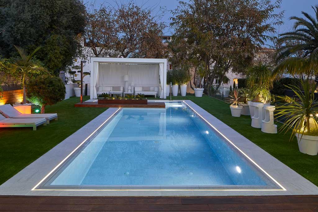 Pool and pool edge flooring in porcelain stoneware Serena Bianco. Sitges | Rosa Gres