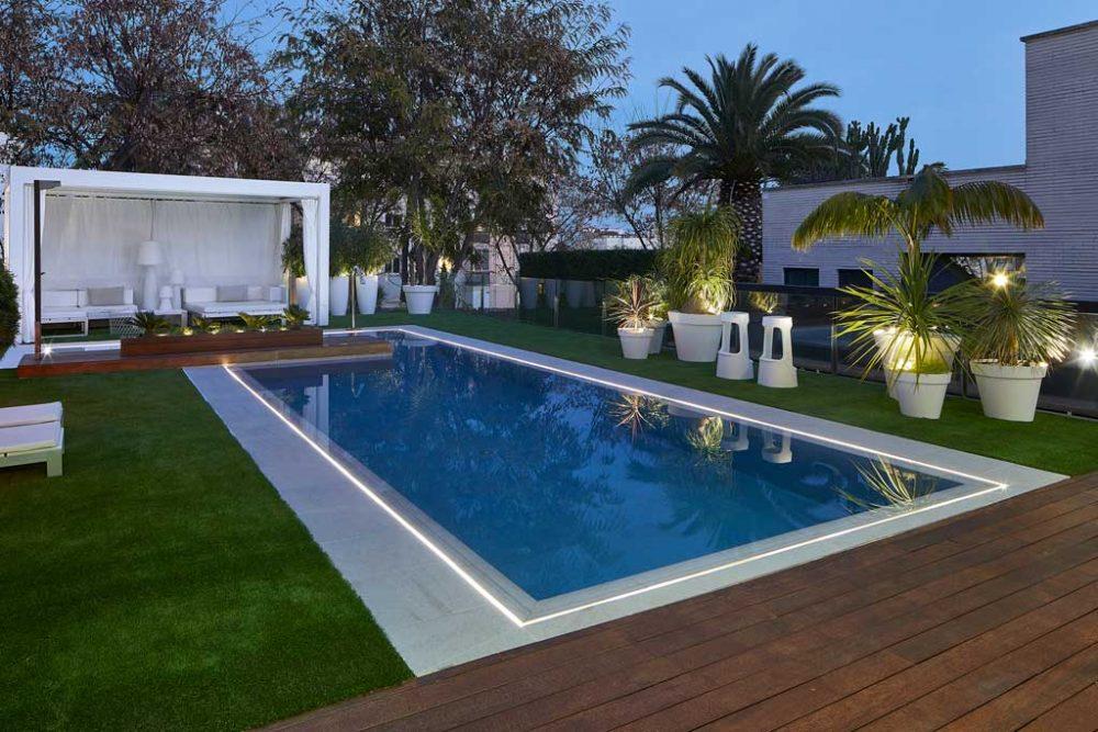Borde piscina iluminado. Gres porcelánico Serena Bianco. Sitges | Rosa Gres
