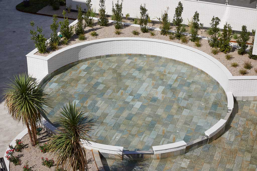 Pool with curves in Serena Mix porcelain stoneware. El Bosque, Madrid | Rosa Gres