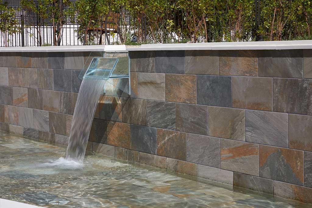 Fountain wall and pool in Serena Mix porcelain stoneware. piscina en gres porcelánico Serena Mix. El Bosque, Madrid | Rosa Gres