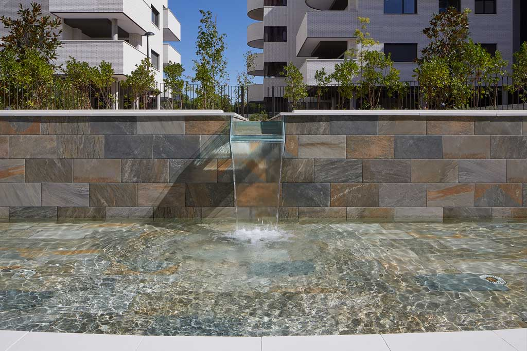 Pool and wall pavement in Serena Mix porcelain stoneware. El Bosque, Madrid | Rosa Gres