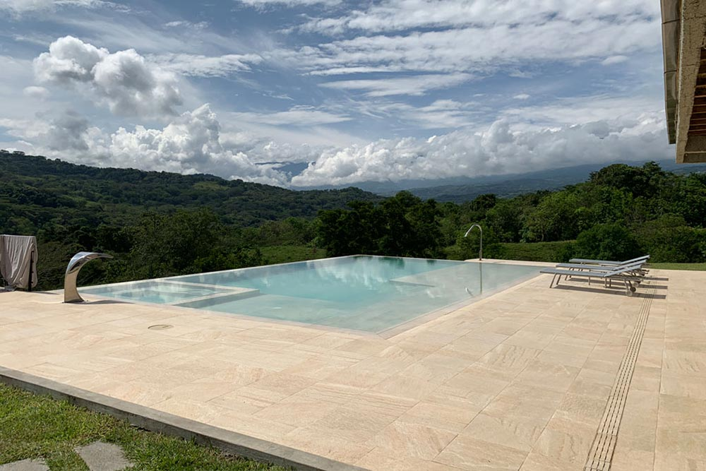 Pool and pool deck in porcelain stoneware Serena Ocra | Rosa Gres