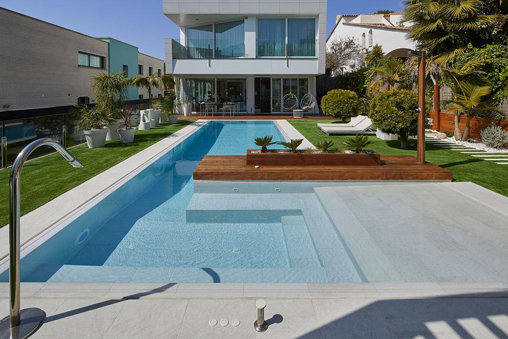 Pool and spa in Serena Bianco porcelain stoneware. Sitges | Rosa Gres