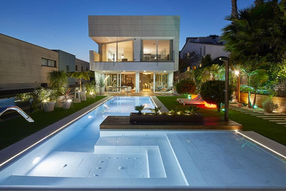 Iluminación piscina y spa. Gres porcelánico Serena Bianco. Sitges | Rosa Gres