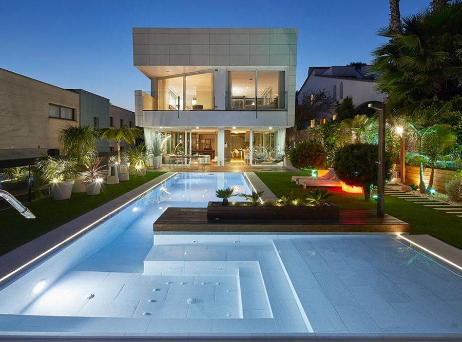 Eclairage piscine et spa. Carreaux en porcelaine Serena Bianco. Sitges | Rosa Gres