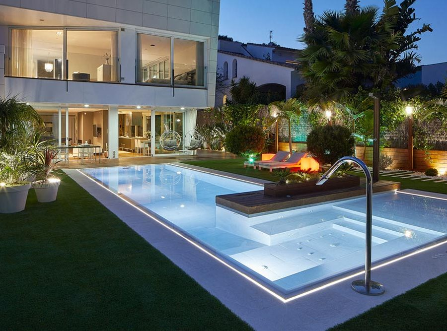 Pool, spa and edge in porcelain stoneware. Illumination. Serena Bianco. Sitges | Rosa Gres