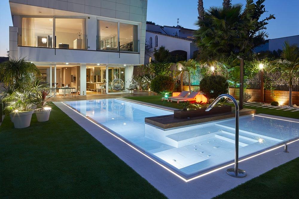 Pool, spa and edge in porcelain stoneware. Illumination. Serena Bianco. Sitges | Rosa Gres