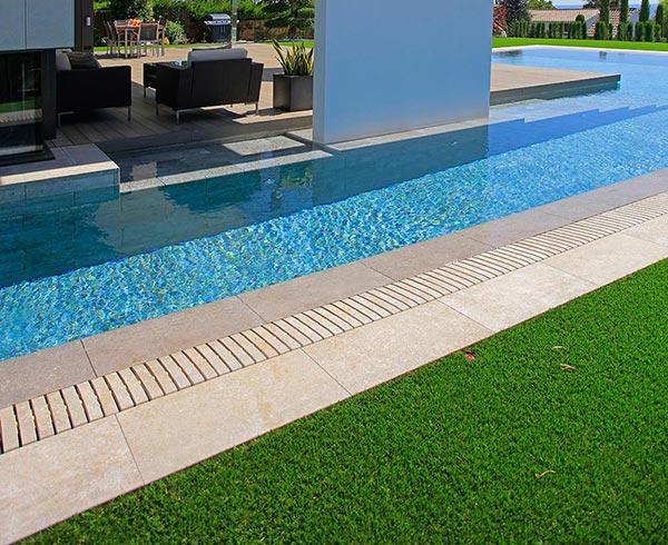 Margelle Flex pour piscines aux lignes droites