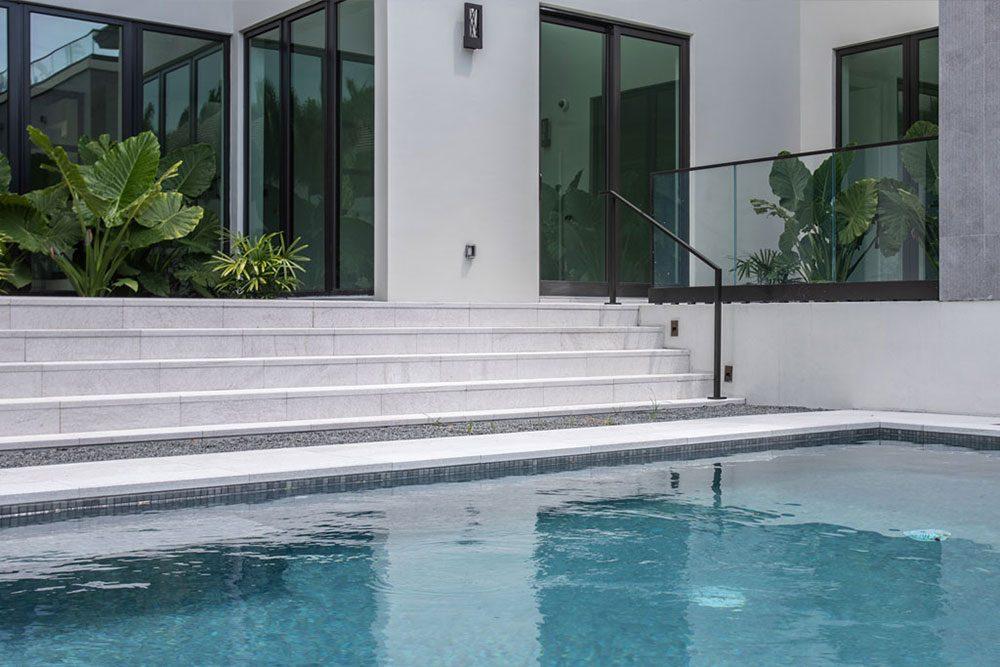 Escaleras y borde de piscina en Gres porcelánico Serena Bianco | Rosa Gres