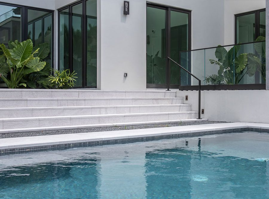 Stairs and pool edge in Serena Bianco porcelain stoneware | Rosa Gres