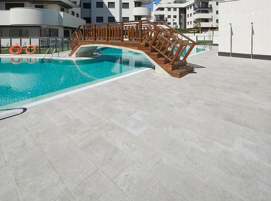 Pool deck in Mistery Grey porcelain stoneware tiles. Spain | Rosa Gres