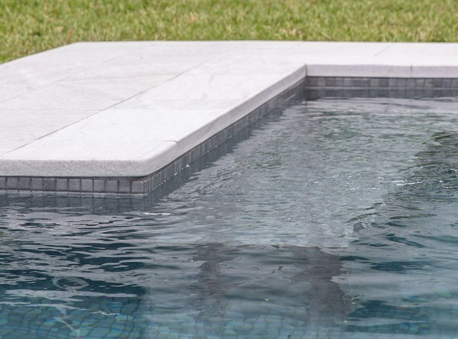 Pool edge L solution of private pool in Serena Bianco porcelain stoneware | Rosa Gres