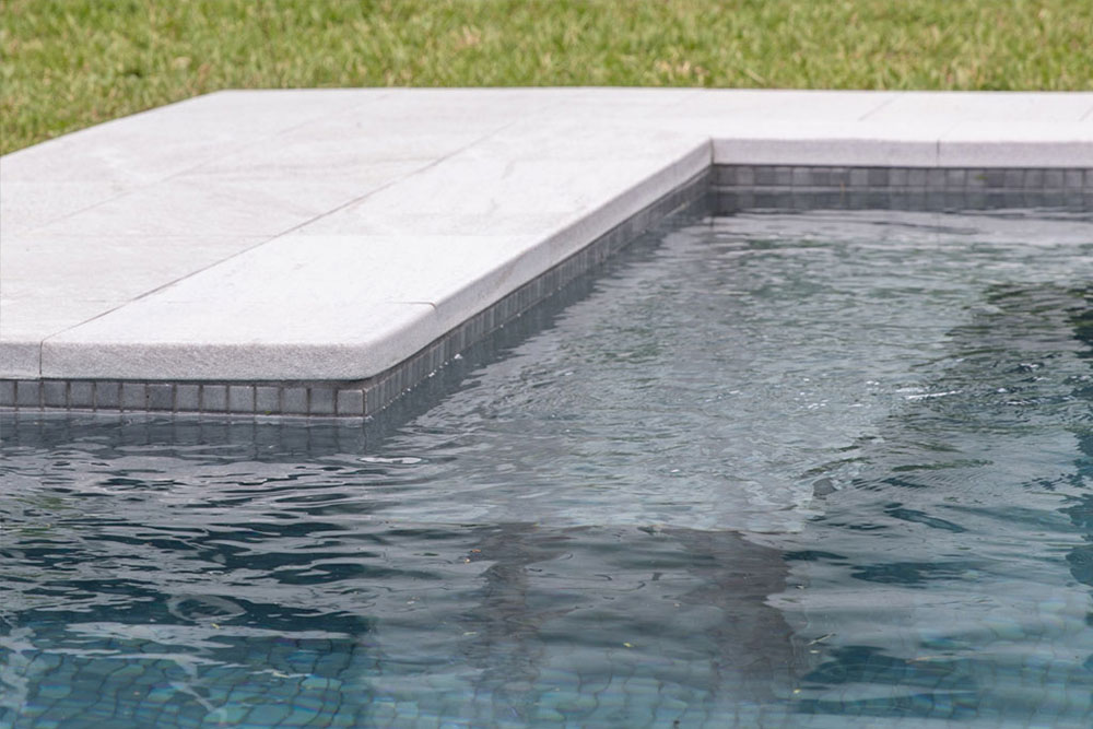 Bordure en solution L d'une piscine privée en grès cérame Serena Bianco | Rosa Gres