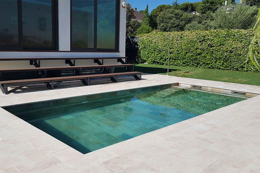 Pavimento piscina en gres porcelánico. Combinación Serena Mix y Bohème Vanille