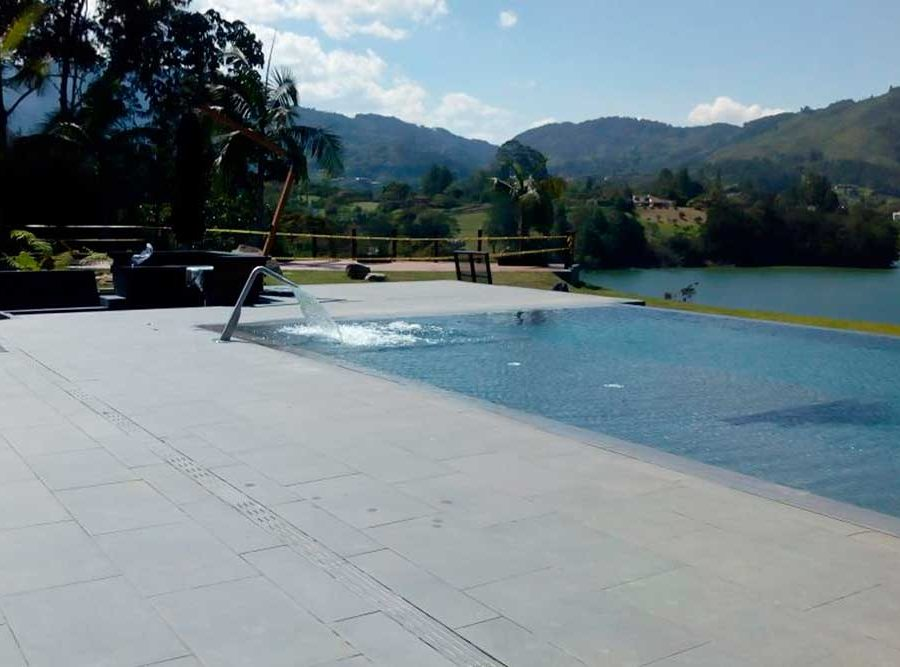 Infinity pool edge and sundeck in Tao Grey porcelain stoneware. Colombia | Rosa Gres