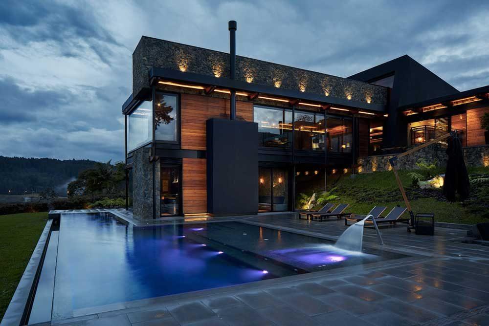 Piscina privada. Iluminación piscina infinity en gres porcelánico Tao Grey. Colombia | Rosa Gres