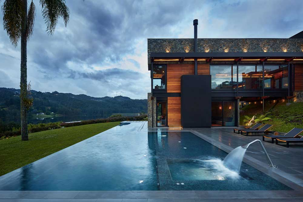 Infinity pool in Tao Grey porcelain stoneware. Colombia | Rosa Gres
