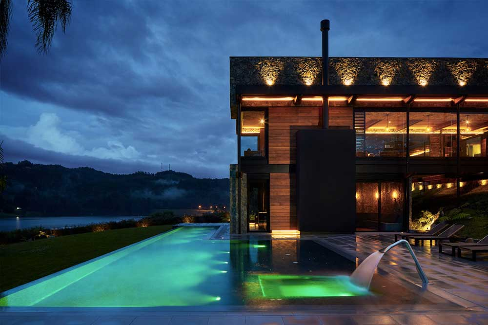 Infinity pool lighting in Tao Grey porcelain stoneware. Colombia | Rosa Gres