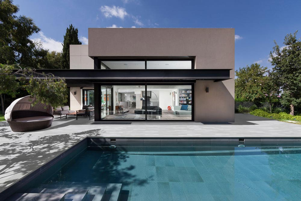 Pool deck and interior of the pool pavement in Tao Grey and Tao Silver porcelain stoneware. Israel | Rosa Gres