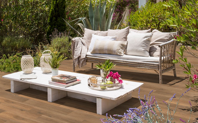Terrace with wood look flooring in porcelain stoneware - Alma Honey