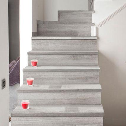 Escaleras y zócalos en gres porcelánico imitación Madera - Alma Mist