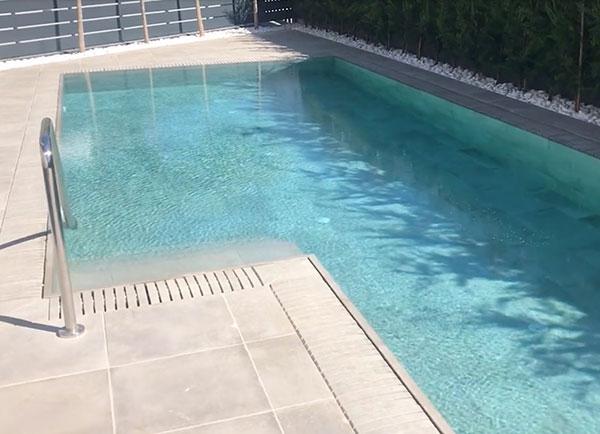 Una piscina en gres porcelanico bien mantenida libre de covid