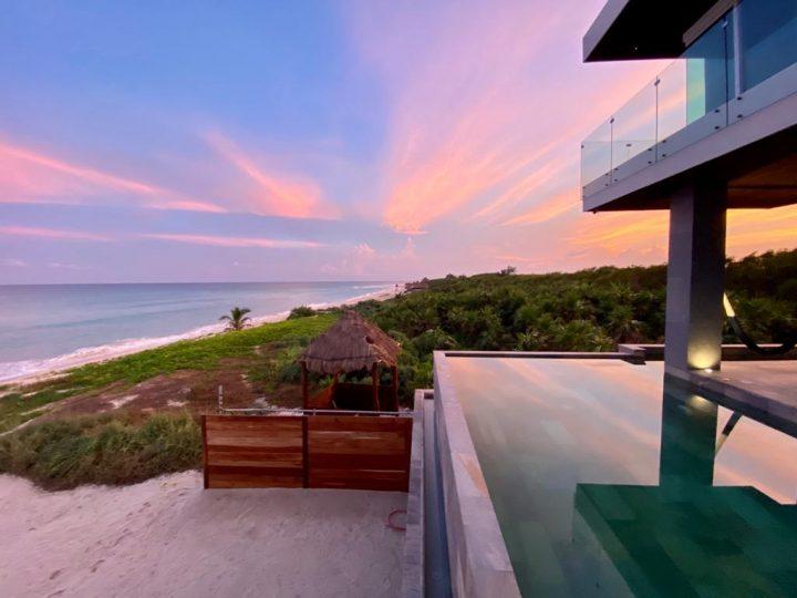 Una piscina de gres porcelánico Rosa Gres en el paraíso